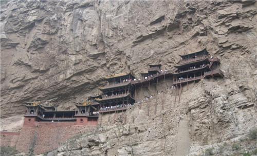它修建在恒山金龙峡西侧翠屏峰的悬崖峭壁间,面朝恒山,背倚翠屏,上载